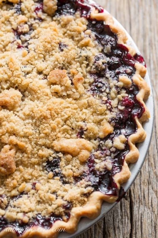 Blueberry Crumble Pie - an amazing and delicious pie with juicy, fresh blueberries